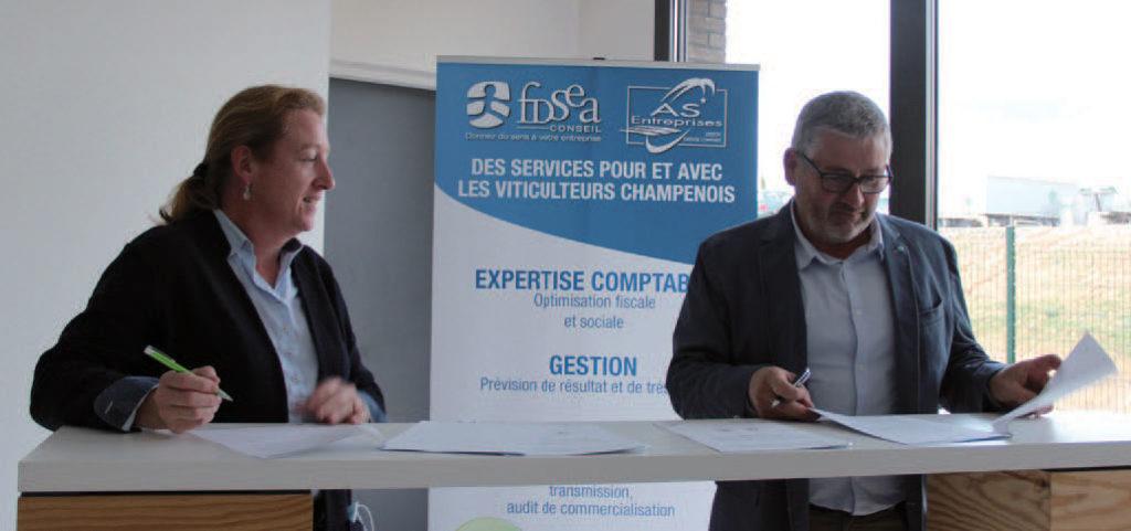 Béatrice Moreau et Thierry Fournaise signant la convention sur la certification HVE VDC à la Cuverie